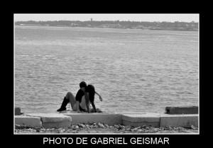 Couple en bord de mer à Lisbonne