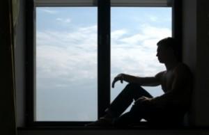 Accoudé à la fenêtre